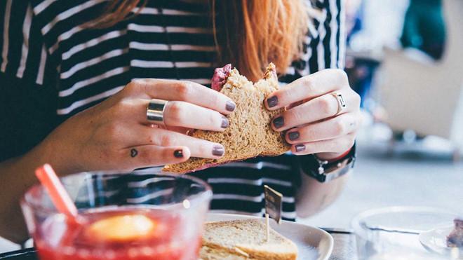 Một số người có thể ăn nhiều, thoải mái mà vẫn giữ được cân nặng ổn định, cơ thể thon gọn. Ảnh:BBC.